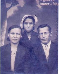 Леонид Максимович с женой Анной и сестрой жены Полиной