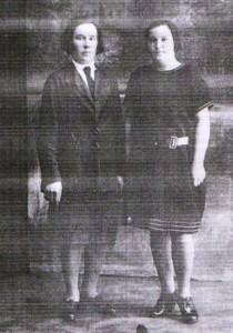 справа – вдова Орлова Евдокия Александровна с подругой в молодости