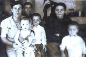 Кошелева Екатерина Ефимовна (мать погибшего), Евгений Герасимович, Анна Александровна и дети-Валентин, Виктор, Нина