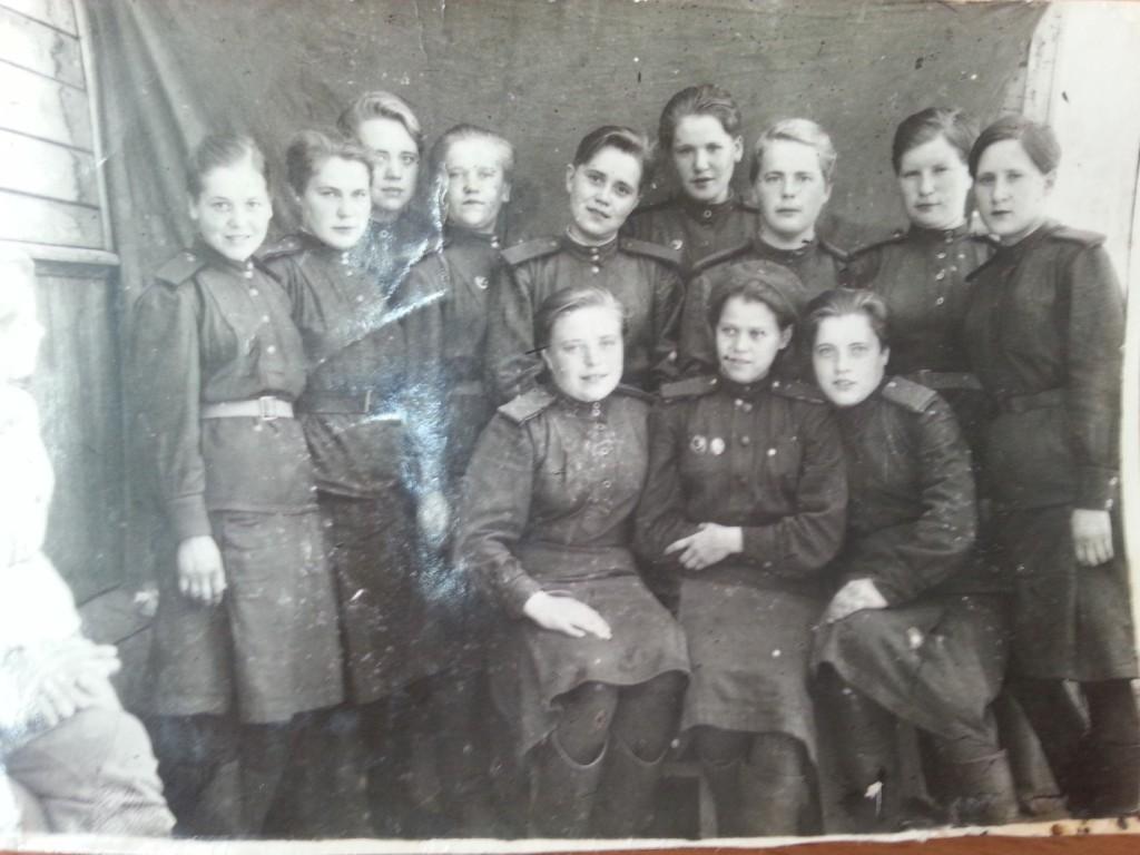 Связистки - 3-я справа стоит Жданова (Скоморохова) Клавдия Герасимовна.